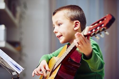 kind gitaar